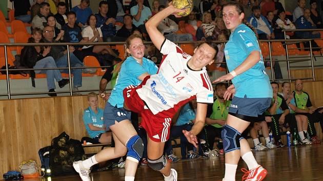 Veselská pivotka Angelina Viniatynská (v bílém) právě střílí gól do sítě Poruby.