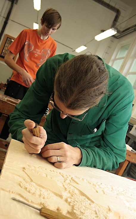 Střední odborná škola gastronomie, hotelnictví a lesnictví v Bzenci-Přívozu připravila den otevřených dveří. Představila při něm své studiní obory, mezi kterými je lesnictví, rybářství či řezbářství.