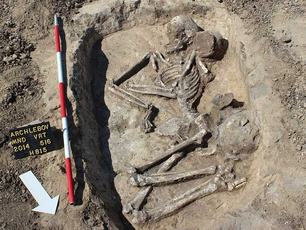 Nedaleko archlebovského hřbitova objevili archeologové kostry pravěkých lidí, kteří zde žili před čtyřmi tisíci let. Výbavu řady hrobů ochudili jejich vykradači, i tak badatelé objevili výjimečnou hrobovou jámu, v níž měl zemřelý u nohou nádobu s popelem.