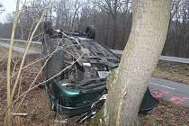 Otočil auto na střechu. Z místa nehody odešel a později nadýchal pozitivní dechovku.