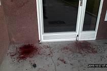 Zakrvácený vchod do bytového domu v Brandlově ulici v Hodoníně.