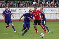 Fotbalisté Hodonína (v červených dresech) ve 2. kole MSFL remizovali s Mohlenicí 1:1. Hosté skóre srovnali v nastaveném čase.