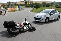 Srážka osobního auta s motorkou u Dambořic.