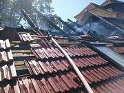 Šest požárních jednotek bojovalo v pátek odpoledne s požárem střechy rodinného domu ve Veselí nad Moravou.
