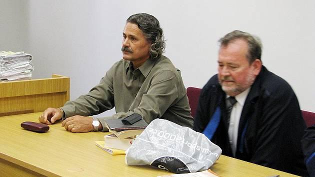 Bývalý ředitel zoo Miroslav Frais (vlevo) u okresního soudu v Hodoníně.