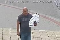 Pokud někdo muže z fotografií pozná, může kontaktovat policisty na čísle 974 633 520  nebo na lince 158.