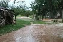 V souvislosti se silným větrem a bouřkami vyjížděli jihomoravští hasiči k sedmadvaceti událostem. Na Kyjovsku v obcích Žarošice a Archlebov čerpali vodu.