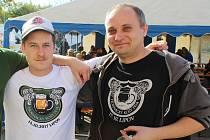 Ladislav Lukács (vpravo) z pivovaru Velický bombarďák ve Velké nad Veličkou.