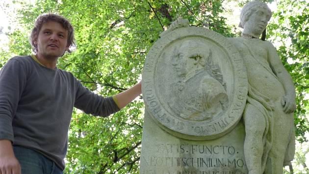 Dva měsíce trvaly opravy pomníku generála Laudona. Do veselského zámeckého parku se vrátil ve středu.
