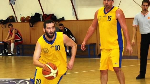 Rozehrávač Lukáš Rubecký (u míče) a pivot Aleš Klimek patří mezi nejlepší hráče Jiskry Kyjov. V příští sezoně si oba zahrají druhou ligu.