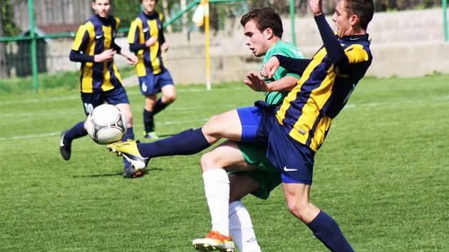 Hodonínský záložník Tomáš Varmuža (v zeleném) se ve středečním utkání s Opavou neprosadil.