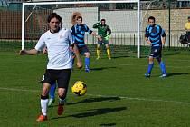 Fotbalisté Sobůlek (na snímku v modročerných dresech) patří dlouhodobě k předním týmům III. třídy.