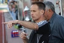 Kouč Ježova Pavel Gebhard diriguje své hráče ve finále okresního poháru.