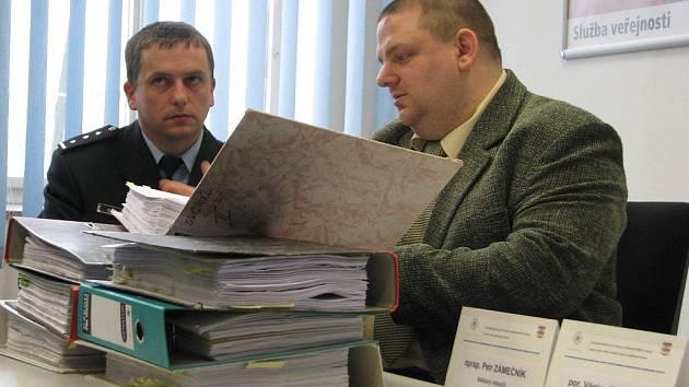 Tisková konference o případu internetového podvodníka. Zleva: Petr Zámečník a Václav Pechlát