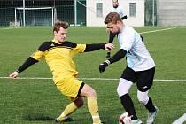 Fotbalisté FC Veselí nad Moravou (v bílomodrých dresech) v dalším přípravném zápase remizovali s Velkou nad Veličkou 3:3. Domácí tým porážku odvrátil v závěrečné čtvrthodině.