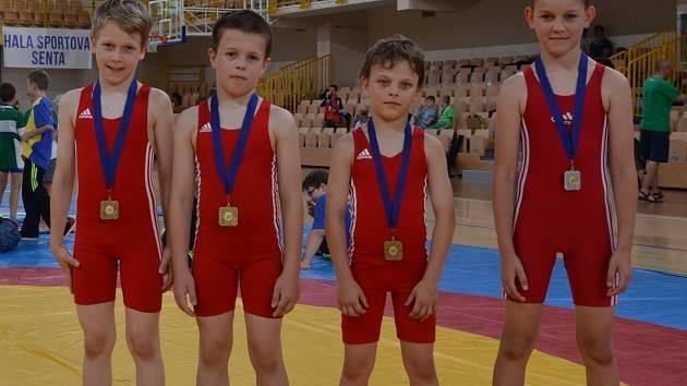 Uspěšní medailisté z mezinárodního turnaje v sbrském městě Senta. Zleva stojí Dominik Kubeš, Šimon Kocmánek, Alexandr Harca a Martin Hvorecký.