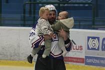 Hokejový obránce Michal Kempný při exhibici v Hodoníně na ledě s dětmi.