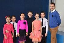 Mladé hodonínské taneční naděje pózují po závodě v Brně společně s předsedou TK Orion Rudolfem Jelínkem.