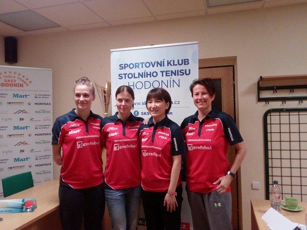 ČTVEŘICE A TÝMU SKST HODONÍN. Zleva stojí Natalia Partyka, Kateřina Pěnkavová, Guo-Lin a Renata Štrbíková.