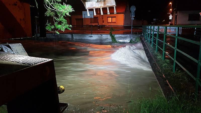 Řeka Velička si v obci Veliká v noci vynutila vyhlášení třetího povodňového stupně.