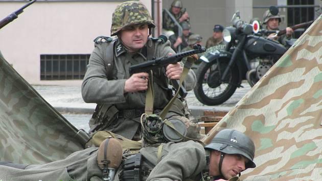 UKÁZKY. Vojenské ležení rozbalí za Městským kulturním střediskem v Kyjově němečtí a maďarští vojáci či Rudá armáda. Předvedou se také členové odboje a civilisté. Později svedou boj o kyjovskou radnici.