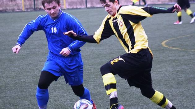 Mladý mutěnický záložník Michal Bíza (v modrém) podal stejně jako zbytek domácího týmu proti Interu Bratislava slušný výkon.