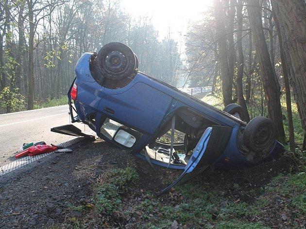 Řidička havarovala v zatáčce u Ratíškovic. Auto převrátila na střechu.