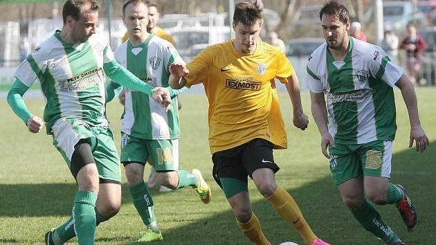 Fotbalisté Bzence (v zelenobílých dresech) postoupili přes Znojmo do finále Krajského poháru FAČR.