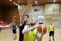 Hodonínští basketbalisté (v černých dresech) zakončili první polovinu letošní sezony povinnou výhrou ve Znojmě.