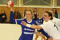 Házenkářky Veselí nad Moravou (v modrých dresech) prohrály ve čtvrtfinále Českého poháru žen s Porubou 30:31. Dramatický duel rozhodly sedmimetrové hody.
