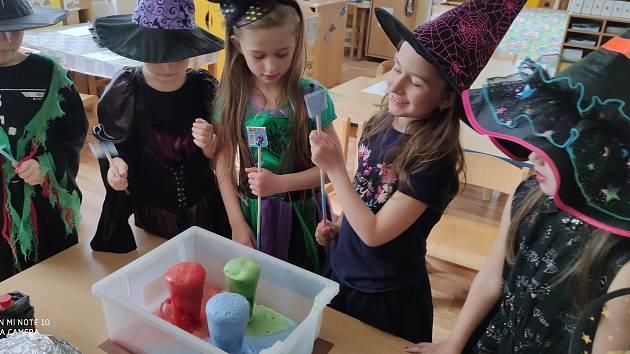 Děti a paní učitelky se proměnily v čarodějky a čaroděje.
