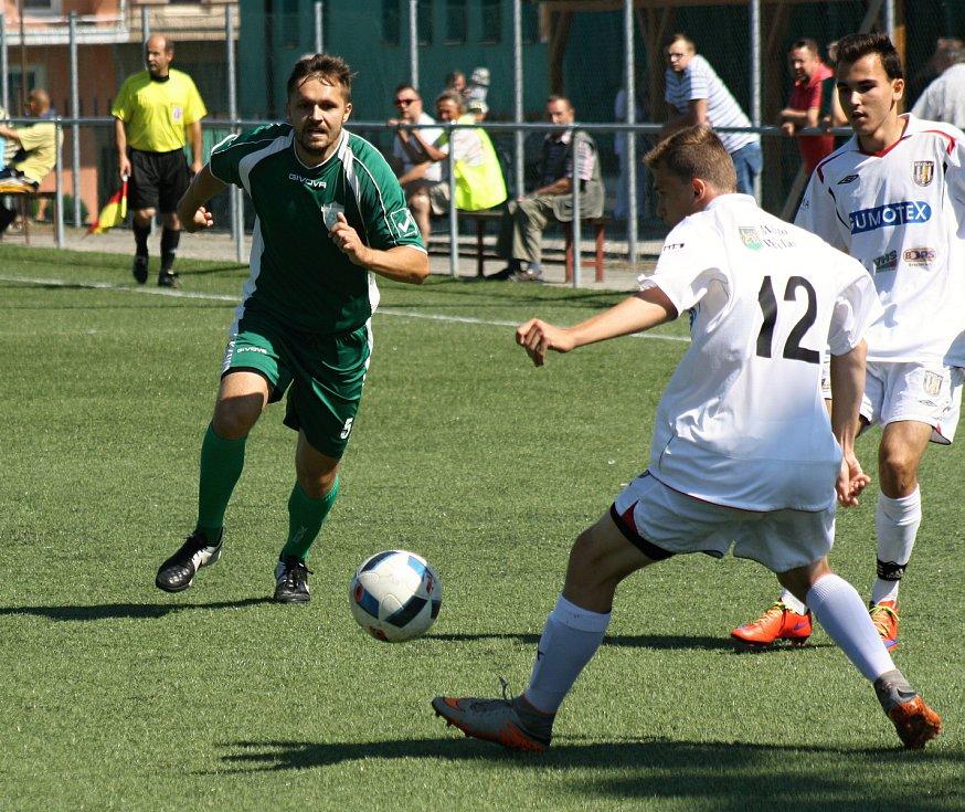 Fotbalisté Dubňan (v zelených dresech) ve 24. kole I.A třídy skupiny deklasovali poslední béčko Břeclavi 8:1. Sobotní duel se hrál na umělé trávě.