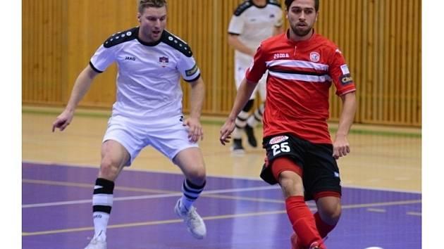 Hodonínští futsalisté (v bílých dresech) získali v nejvyšší soutěži další bod, když ve 4. kole senzačně remizovali na palubovce favorizovaného Benaga 3:3.