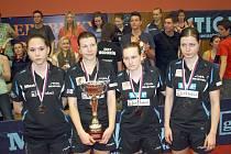 Stolní tenistky Hodonína pózují po prohraném finále s pohárem pro vicemistra ženské extraligy.