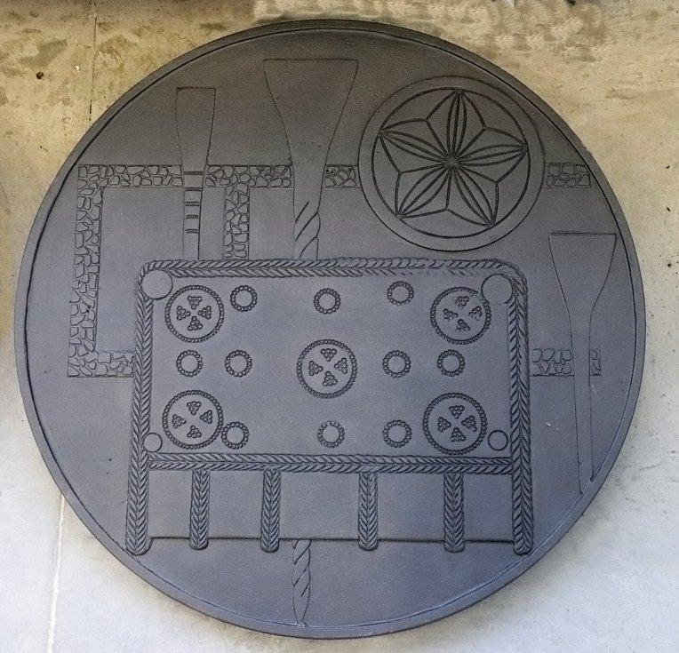 Motiv s předměty duchovního života (nákončí ve tvaru knihy, stily a litery hlaholice).