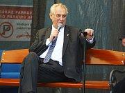 Prezident Miloš Zeman se ve druhém dni návštěvy Jihomoravského kraje zastavil na Hodonínsku. V Jihomoravské armaturce se setkal s vedením firmy a zaměstnanci.