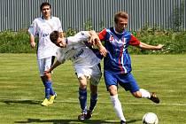 Fotbalisté Kyjova (v bílém) prohráli na hřišti ve Svatobořicích s prvním Blanskem 0:5.