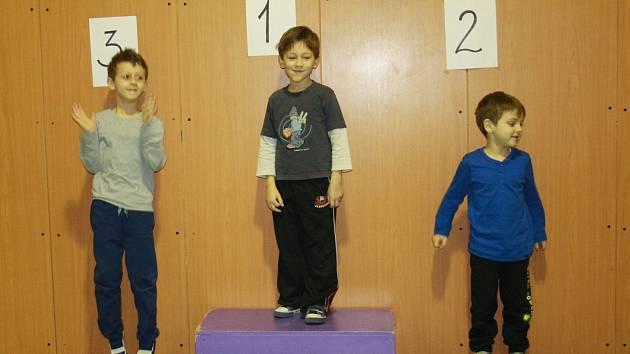 Děti si společně zasoutěžily v hodu míčkem, běhu nebo skákání v pytli. Nejlepší dostaly medaili.