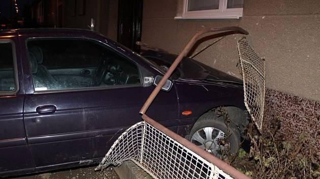 Nehoda v Dolních Bojanovicích. Ford narazil do domu.