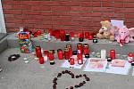 Den po neštěstí v Dubňanech na Hodonínsku. Dům je obehnaný páskou a plotem, lidé zapalují svíčky za zemřelého chlapce.
