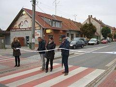 Zástupci města Kyjova, Ředitelství silnic a dálnic a zhotovitele projektu slavnostně přestřihli pásku v Nerudově ulici po úspěšném zkušebním provozu.