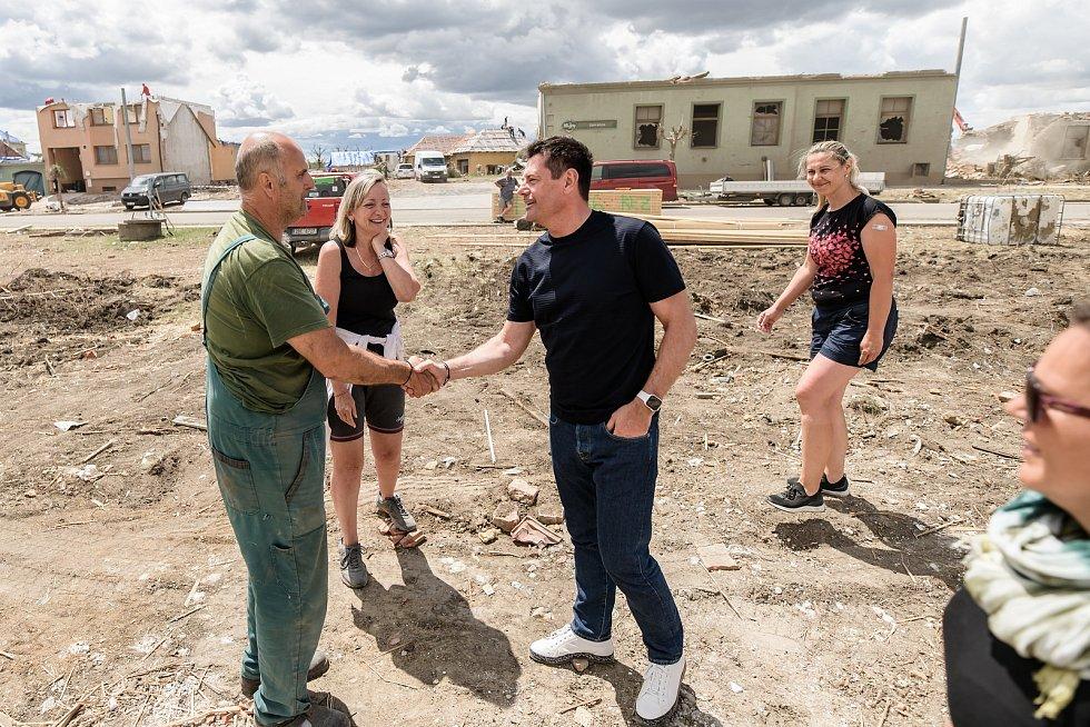Karel Komárek v diskusi s rodinou (oba pracují v MND), které postihlo zásadním způsobem tornádo v obci Hrušky.