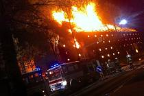 Požár zničil celou střechu budovy mlýna v Čejči.