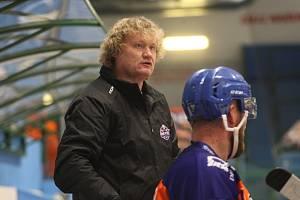 Hodonínští hokejisté (oranžové dresy) si v Opavě připsali první výhru v sezoně. Na snímku trenér Drtičů Tibor Janás.