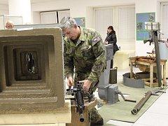 Na výstavě Masarykova muzea lze vidět zbraně či uniformy od roku 1945 až do roku 1989.