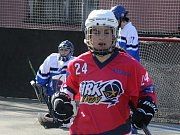 Kyjovské hokejbalistky, jež se přezdívají Barbíny, si při domácí premiéře připsaly do tabulky nejvyšší ženské soutěže první tři body.