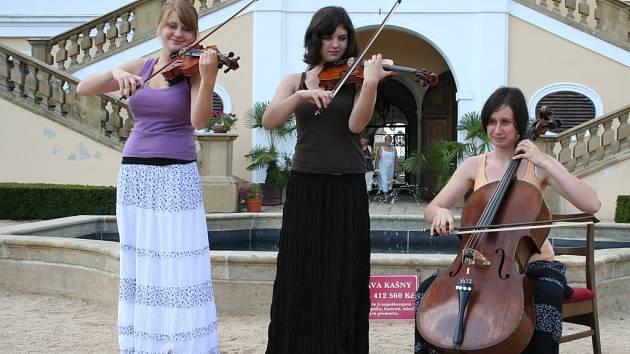 Tři studentky hudby si přivydělávají při prázdninové brigádě na zámku v Miloticích