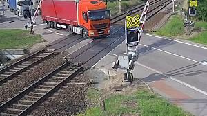 Řidič kamionu projel přejezd na červenou. Prorazil závory