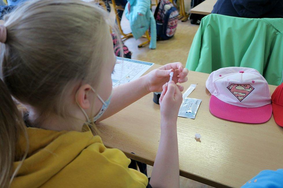 Žáci prvního stupně Základní školy Kotlářská v Brně absolvovali první antigenní testy na Covid-19.
