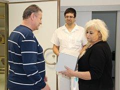 Magnetickou rezonancí v kyjovské nemocnici prošel tisící pacient. Jan Staněk ze Ždánic si odnesl pamětní list a dar od nemocnice.